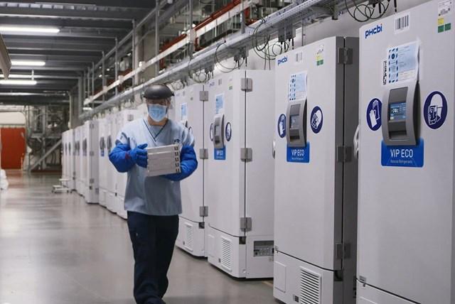 Kiểm tra các tủ đông lạnh chứa vaccine ngừa Covid-19 ở cơ sở của Công ty Pfizer tại Puurs (Bỉ). Ảnh: Reuters.