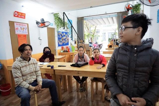 """Phòng học là quán cơm """"Yên Vui"""" được các thành viên câu lạc bộ bố trí lại bàn ghế ngay ngắn như một lớp học bình thường."""