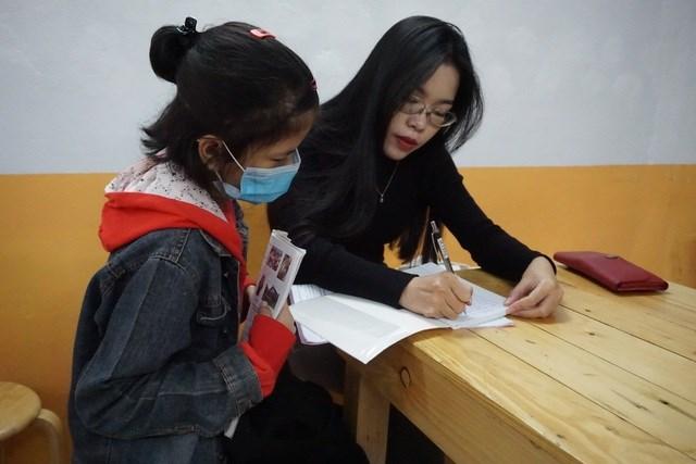 Các thầy, cô giáo luôn say sưa giảng bài, hướng dẫn nhiệt tình cho các học sinh cách phát âm từ vựng.