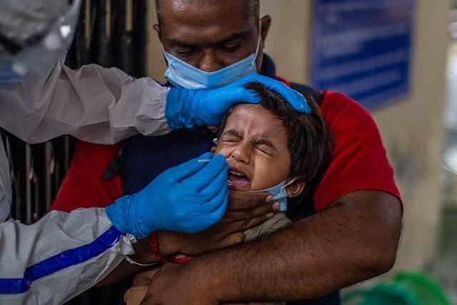 Hàng trăm người, trong đó có trẻ em, mắc bệnh lạ ở Ấn Độ. Ảnh: Getty Images.