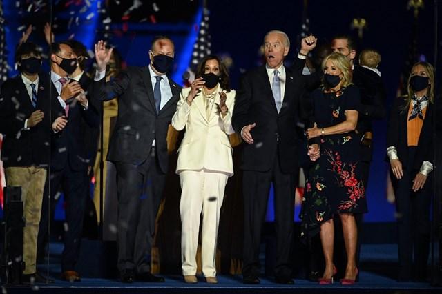 Tổng thống đắc cử Joe Biden cùng vợ Jill Biden và Phó tổng thống đắc cử Kamala Harris cùng chồng Douglas Emhoff vui mừng sau khi truyền thông Mỹ tuyên bố ông Biden là người chiến thắng vào ngày 7/11, 4 ngày sau cuộc bỏ phiếu. Ảnh: Getty Images.