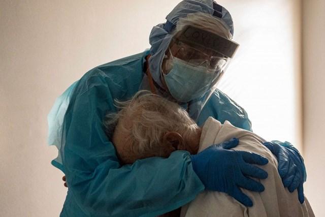 Bác sĩ Joseph Varon an ủi một bệnh nhân Covid-19 đang khóc và mong được về nhà, trong phòng chăm sóc đặc biệt tại Trung tâm Y tế United Memorial, Houston, bang Texas (Mỹ) ngày 26/11. Ảnh: Getty Images.