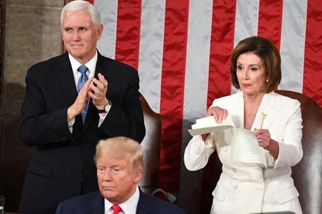 Chủ tịch Hạ viện Mỹ Nancy Pelosi xé bản sao thông điệp liên bang của Tổng thống Trump mà bà được phát trong lúc các nghị sĩ đứng lên vỗ tay khi nhà lãnh đạo Mỹ kết thúc bài phát biểu ngày 4/2. Ảnh: Getty Images.