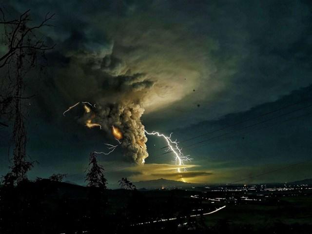 Tia sét trên bầu trời Batangas ở Philippines khi núi lửa Taal phun trào vào ngày 12/1. Hàng chục nghìn người đã phải sơ tán khỏi khu vực khi tro bụi bao phủ các làng mạc, cây trồng và vật nuôi. Ảnh: Shutterstock.