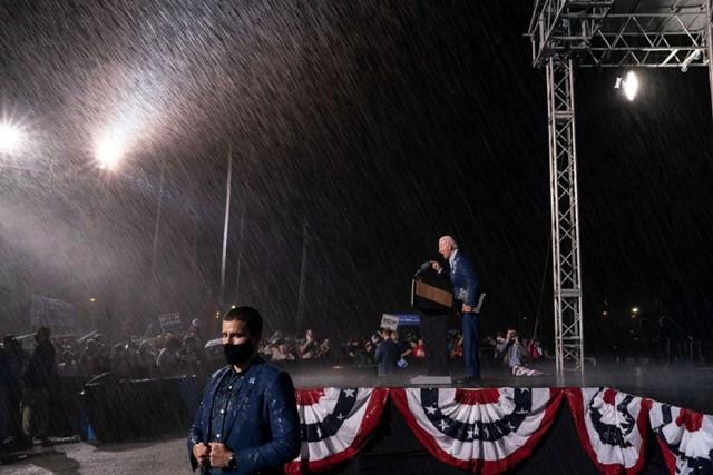 Ông Joe Biden đội mưa vận động tranh cử tại bang chiến địa Florida ngày 29/10. Ảnh: Getty Images.