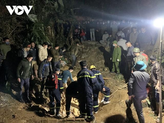 Lực lượng cứu hộ đã sử dụng các dụng cụ chuyên dụng mới đưa được thi thể nạn nhân lên, bàn giao cho lực lượng chức năng và gia đình.
