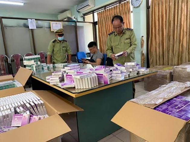 Đội Quản lý thị trường số 1 - Cục Quản lý thị trường Hà Nội phối hợp với Tổ công tác 368 Tổng cục Quản lý thị trường kiểm tra đột xuất một cơ sở kinh doanh dược phẩm