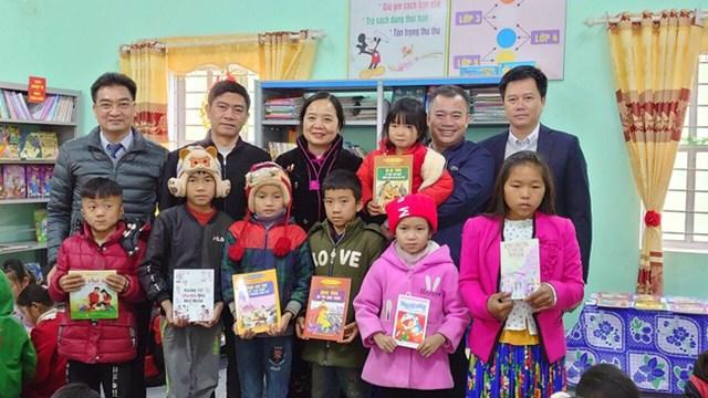 Tặng sách cho học sinh, phụ nữ vùng biên tỉnh Hà Giang - Ảnh 1