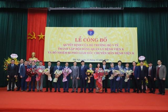 Bộ trưởng Bộ Y tế cùng Thứ trưởng Bộ Y tế Trần Văn Thuấn, lãnh đạo các Vụ, Cục của Bộ Y tế chúc mừng các lãnh đạo Bệnh viện K.