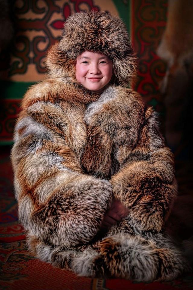 Cô gái Kazakhstan Mông Cổ trong chiếc áo khoác mùa đông truyền thống.