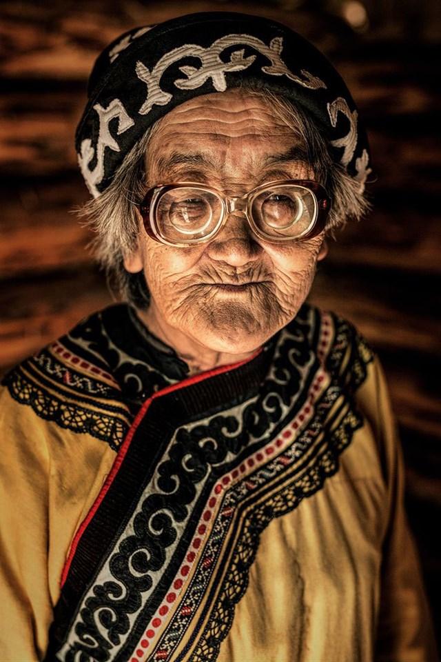 Người phụ nữ Nivkh, Bờ biển Okhotsk, Viễn Đông Siberia.