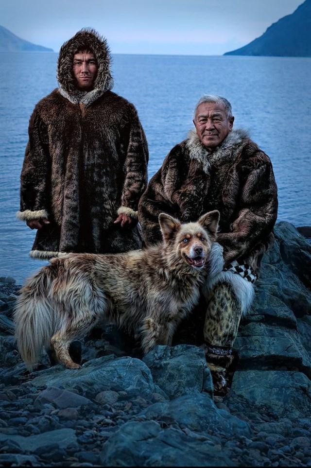 Siberia Yupik người bản xứ, cha và con trai, trên bờ Chukotka của Biển Bering, chỉ cần một vài dặm từ Đảo St. Lawrence ở Alaska.