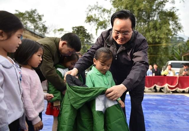 Bộ trưởng Phùng Xuân Nhạ trao tặng áo ấm cho học sinh