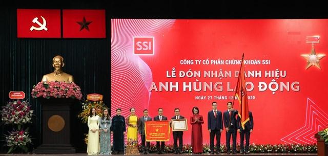 Phó Chủ tịch nước Đặng Thị Ngọc Thịnh trao danh hiệu Anh hùng Lao động thời kỳ đổi mới cho lãnh đạo Công ty SSI.