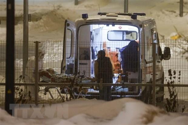 Chuyển bệnh nhân Covid-19 tới bệnh viện ở Kommunarka, ngoại ô Moskva (Nga) ngày 25/12/2020. Ảnh: THX/TTXVN