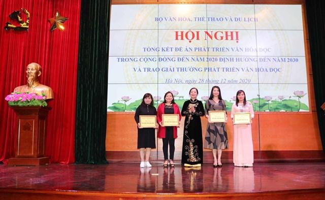 Trao Giải thưởng phát triển văn hóa đọc 2020. Ảnh Thành Tùng.