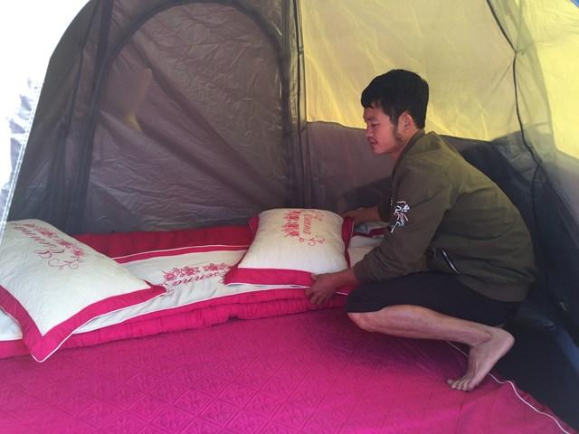 Anh Lý A Vinh sắp xếp chuẩn bị đón khách nghỉ tại các lều bạt ở Homestay.