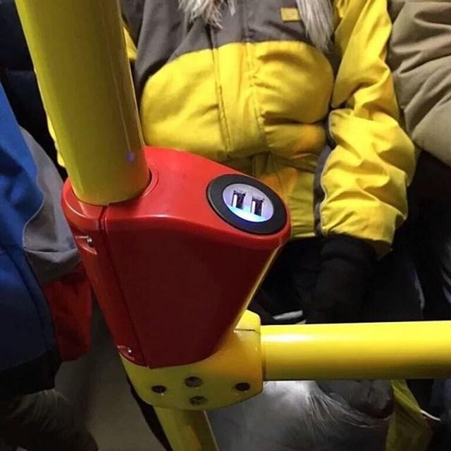 Bộ sạc USB được lắp trong tay vịn xe buýt.