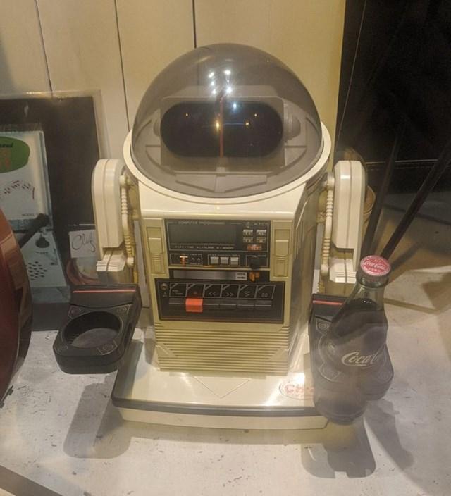 Robot phục vụ đồ uống từ những năm 80.