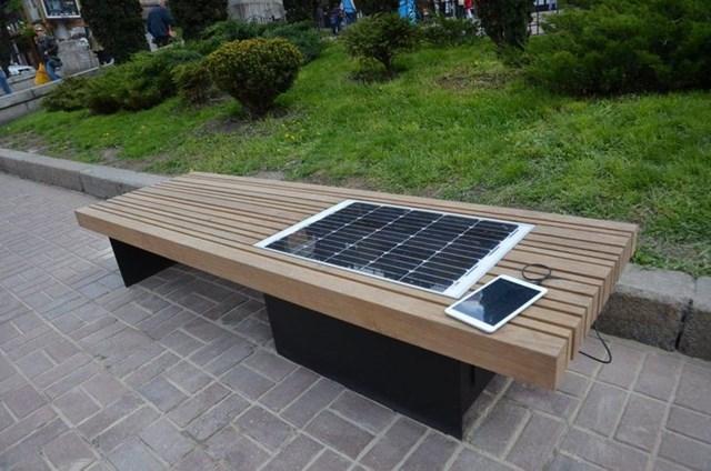 Bảng điều khiển năng lượng mặt trời này được tích hợp trên ghế bang công cộng giúp bạn sạc thiết bị của mình.