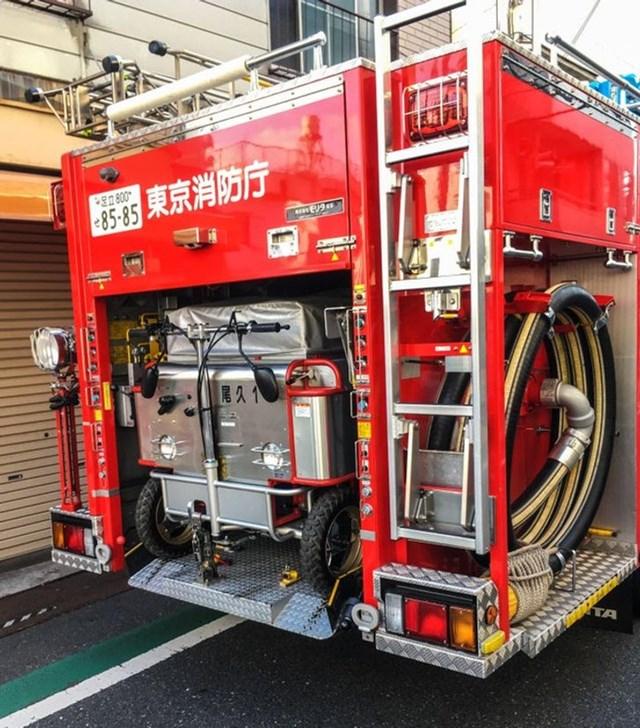 Chiếc xe cứu hỏa Nhật Bản này mang một phiên bản nhỏ hơn của chính nó bên trong.