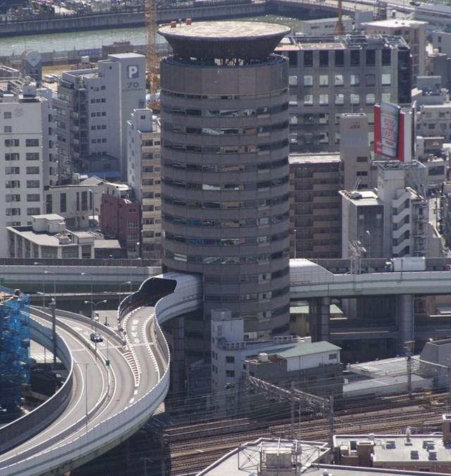 Đường cao tốc phải đi qua tòa nhà, nhưng điều đó không thành vấn đề ở Nhật Bản.