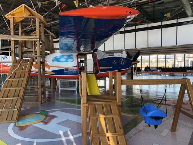 Sân bay này có máy bay trong nhà cho trẻ em chơi trong khi chờ chuyến bay.