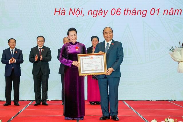 Thủ tướng Chính phủ Nguyễn Xuân Phúc trao Huân chương cho Chủ tịch Quốc hội Nguyễn Thị Kim Ngân