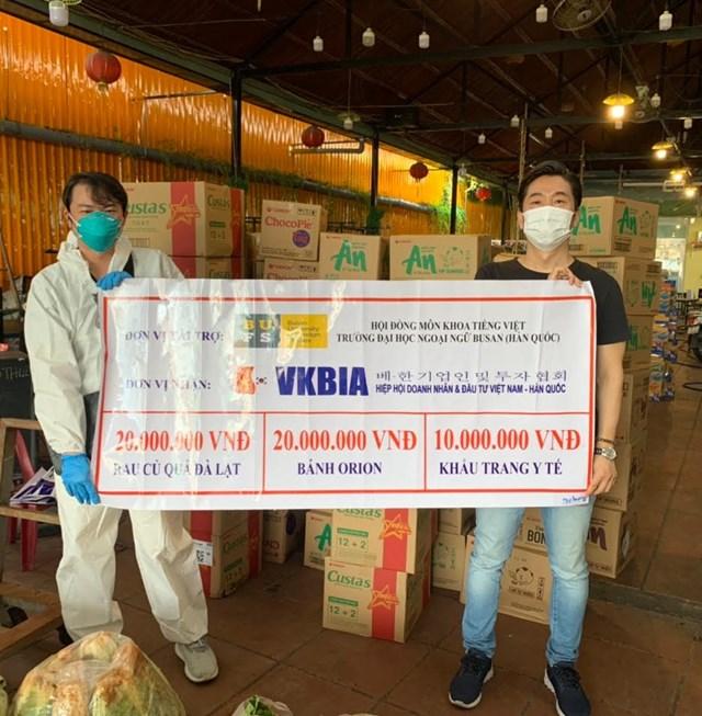 VKBIA và các đối tác hỗ trợ nhiều suất quà và khẩu trang y tế cho bà con chống dịch.