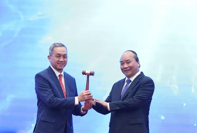 Thủ tướng Nguyễn Xuân Phúc chuyển giao chức Chủ tịch ASEAN 2021 cho đại diện của Brunei  ngay tại lễ bế mạc- Ảnh: Quang Vinh