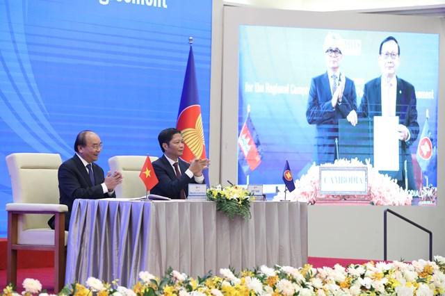 Thủ tướng Nguyễn Xuân Phúc và Bộ trưởng Bộ Công thương Trần Tuấn Anh chứng kiến lễ ký-Ảnh: Quang Vinh