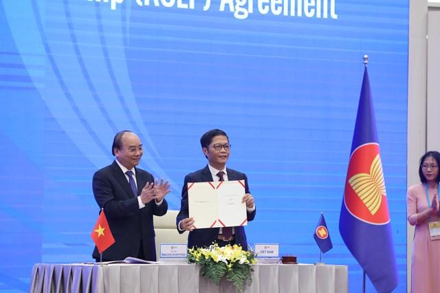 Thủ tướng Nguyễn Xuân Phúc và Bộ trưởng Bộ Công thương Trần Tuấn Anh tại lễ ký-Ảnh: Quang Vinh