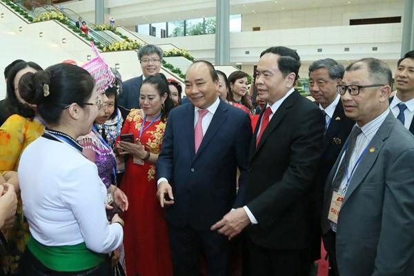 Thủ tướng Nguyễn Xuân Phúc và Chủ tịch UB TƯ MTTQ Việt Nam Trần Thanh Mẫn trò chuyện với bà con các dân tộc và kiều bào dự ĐH MTTQ Việt Nam