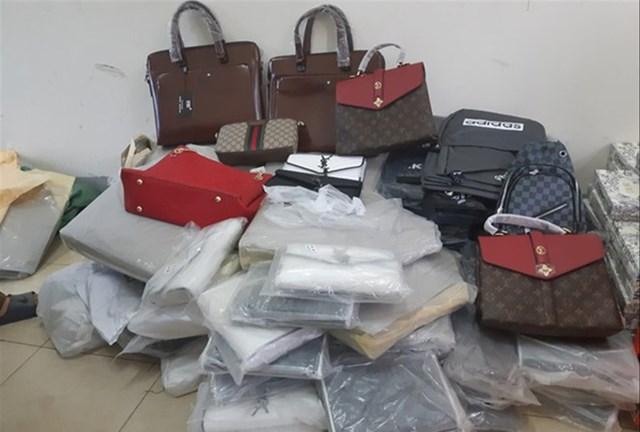 Cơ quan chức năng phát hiện nhiều hàng hóa như quần, áo, kính mắt, đồng hồ đeo tay, ba lô, túi xách, ví cầm tay giả mạo các thương hiệu nổi tiếng.