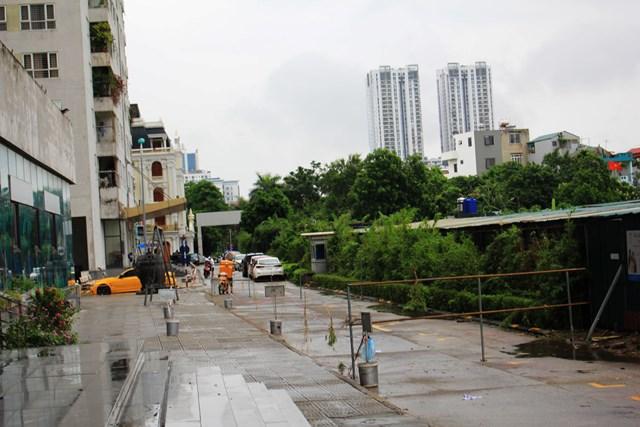 Con đường tạm chủ đầu tư thuê đất của người dân để làm khi thi công dự án chung cư Viện 103 bị người cho thuê rào chắn.