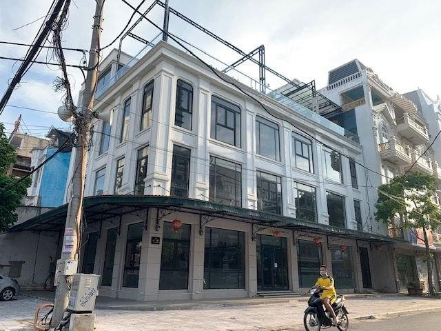 Hiện trạng lô đất mang số 01-03 đường Nguyễn Du được xem là khu đất vàng, có giá trị thương mại cao chủ đầu tư chưa được giao đất đã cho dân vào ở.