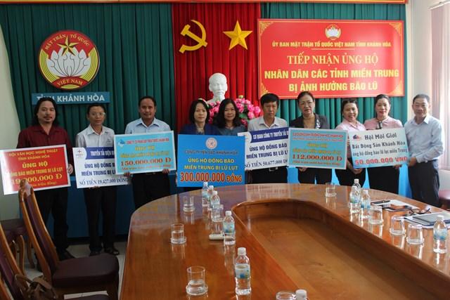 Mặt trận Khánh Hòa tiếp nhận ủng hộ.