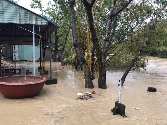 Nhà dân ở TP Nha Trang bị ngập nghiêm trọng sau mưa lớn.