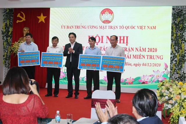 Ông Nguyễn Khắc Toàn trao tiền ủng hộ đồng bào lũ lụt.