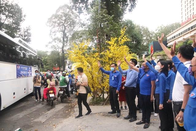 TP HCM tổ chức chuyến xe đưa công nhân về quê đón tết - Ảnh 1