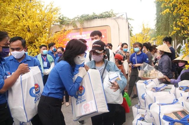TP HCM tổ chức chuyến xe đưa công nhân về quê đón tết - Ảnh 2