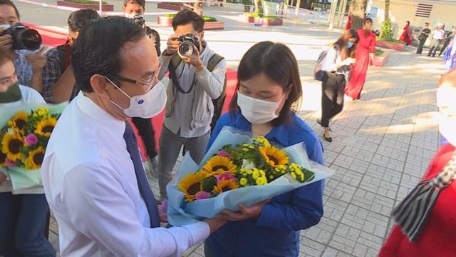 Ủy viên Bộ Chính trị, Bí thư Thành ủy TP HCM Nguyễn Văn Nên cùng đại diện lãnh đạo thành phố đến tặng hoa, tiễn các thanh niên lên đường nhập ngũ sáng nay 3/3. (Ảnh: Hồng Phúc).