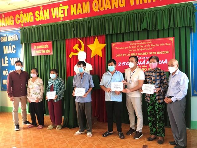 Ông Peter Hồng trao quà cho các hộ dân tại xã Vĩnh Đông.