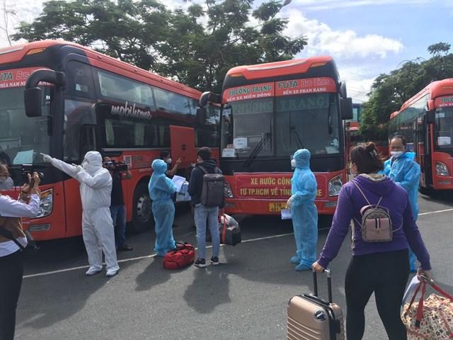 Xe đưa đón người dân Bến Tre từ TP HCM về quê tránh dịch vào tháng 7/2021.