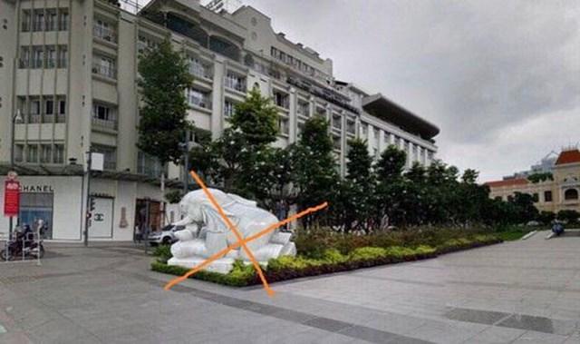 Một hình ảnh tượng voi đá trong tư thế nằm nhìn về khách sạn REX dọc theo tuyến phố đi bộ Nguyễn Huệ (quận 1, TP HCM) lan truyền trên mạng xã hội.