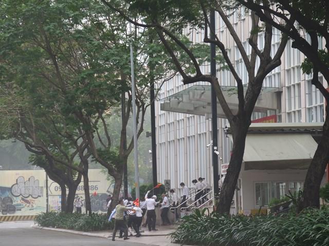 Tình huống sơ tán khẩn cấp người dân khỏi khu vực cháy nổ của tòa nhà trung tâm TPHCM