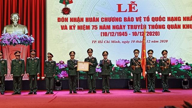 Đảng ủy, Bộ Tư lệnh Quân khu 7 vinh dự đón nhận Huân chương bảo vệ Tổ quốc hạng Nhất tại lễ kỷ niệm. (Ảnh: Hồng Phúc).