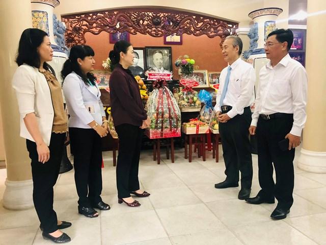 Ông Nguyễn Hữu Châu, con trai trưởng cố Luật sư Nguyễn Hữu Thọ thay mặt gia đình cảm ơn đoàn công tác của UBTƯ MTTQ Việt Nam (Ảnh: Hồng Phúc).