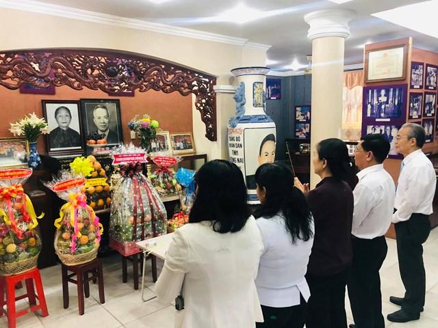 Phó Chủ tịch Trương ThịNgọcÁnh dẫn đầu đoàn công tác đã tới dâng hương tưởng niệm Luật sư Nguyễn Hữu Thọ tại nhà riêng.(Ảnh: Hồng Phúc).
