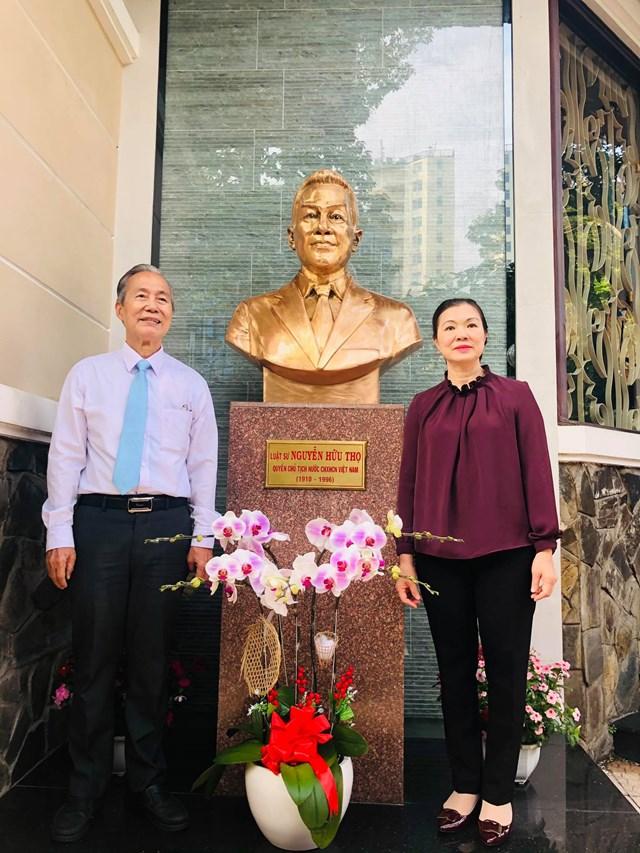 Phó Chủ tịch UBTƯ MTTQ Việt Nam Trương Thị Ngọc Ánh chụp ảnh lưu niệm cùng đại diện gia đình cố Luật sư Nguyễn Hữu Thọ tại khu trưng bày bức tượng đồng cố Luật sư Nguyễn Hữu Thọ (Ảnh: Hồng Phúc).